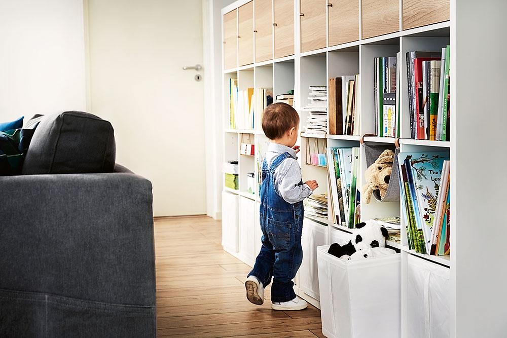KNIŽNICA AJ PRE NAJMENŠÍCH. Spodné police vyhraďte deťom, aby mali svoje knižky, časopisy či spoločenské hry vždy poruke.