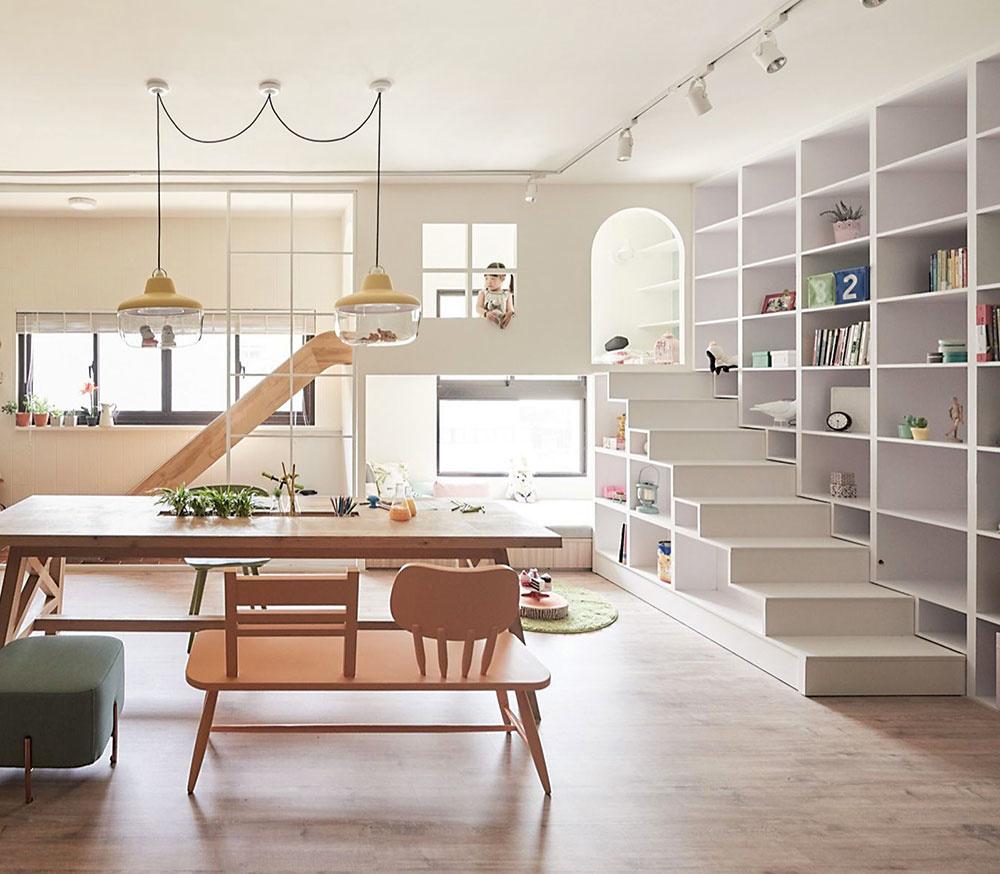 MALÝ DOMČEK. Ak vám to priestor dovolí, vytvorte v obývačke detský kútik či menší otvorený domček, aké bývajú na vonkajších ihriskách. Steny postavte zo sadrokartónu a nezabudnite na rôzne, pokojne i netradičné otvory. Schodíky zasa vytvoríte pomocou policových dielov s úložným priestorom na hračky. Prízemie s matracom môže slúžiť ako oddychová, poschodie zasa ako hracia zóna. Čerešničkou na torte bude šmykľavka, ktorou sa dieťa s radostným smiechom spustí, kedykoľvek sa mu zacnie, nadol medzi vás.