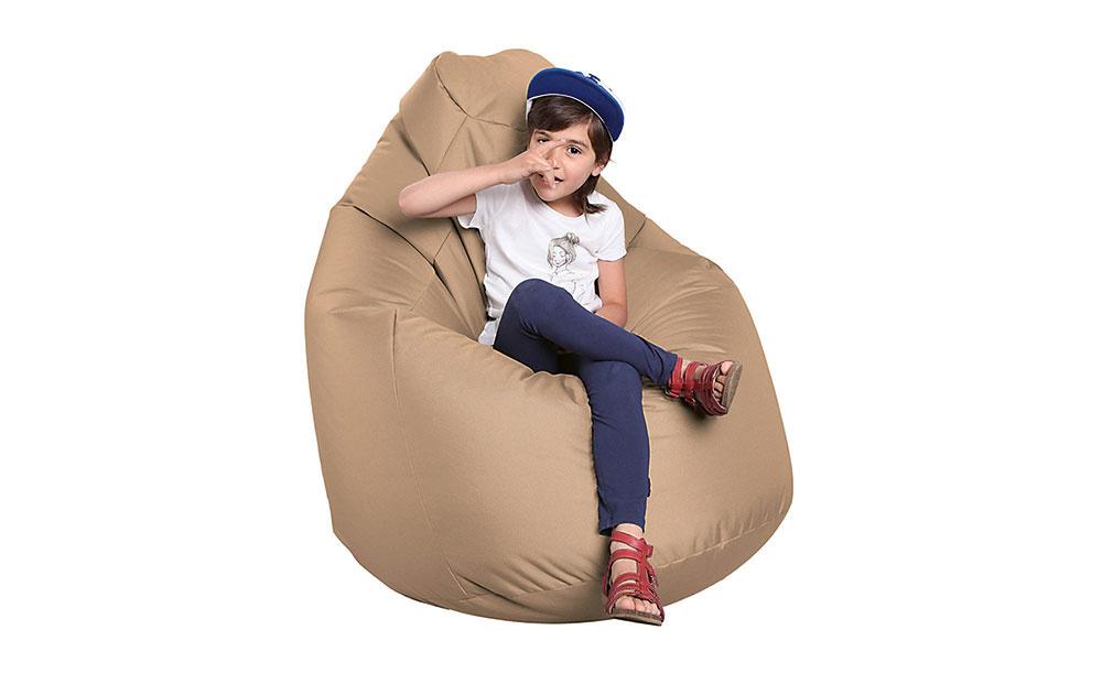 """SEDACÍ VAK je ideálny doplnok do obývačky, ktorú chcete prispôsobiť potrebám detí. Je pohodlný a ponúka niekoľko možností, ako sa v ňom """"usalašiť"""" a pozorovať dianie okolo seba či sledovať televíziu. Ocení ho rovnako malý škôlkar ako starší tínedžer. Vaky sa vyrábajú v rôznych tvaroch a farebných vyhotoveniach, takže ich viete pomerne jednoducho zladiť aj so zvyškom zariadenia obývačky. Sedací vak Buzz má nosnosť 120 kg a za 74,90 € ho nájdete na www.sconto.sk."""