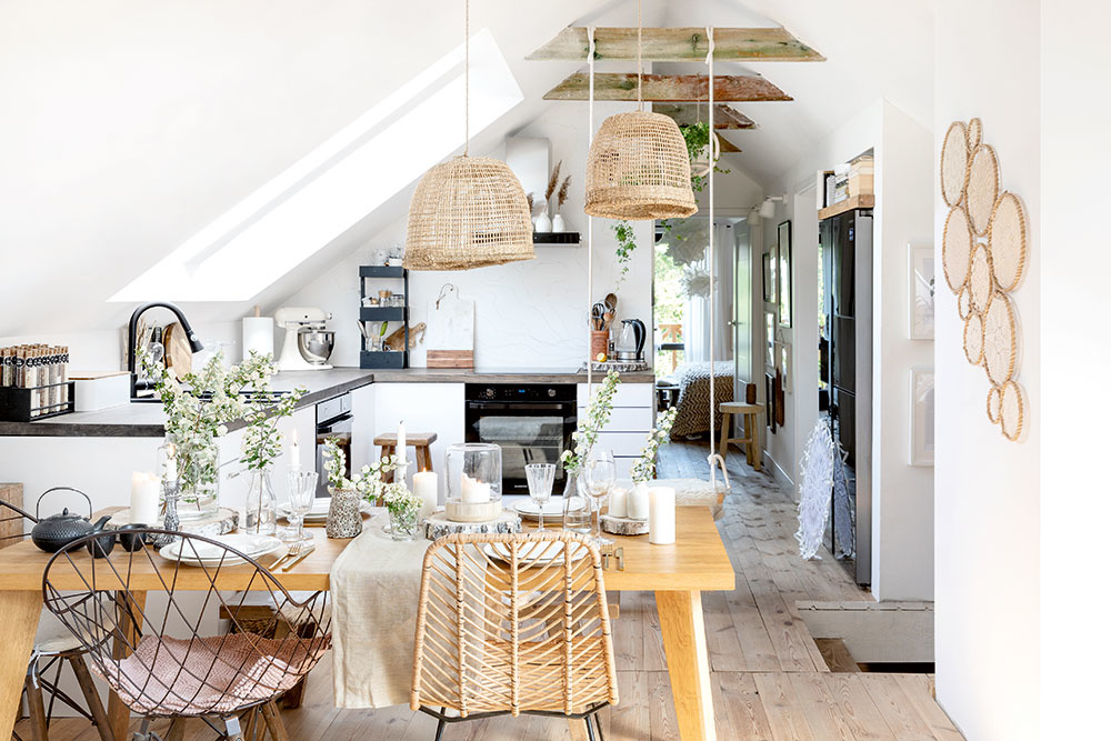 pohľad na kuchyňu s jedálenskym stolom