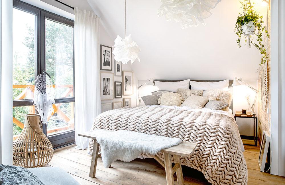 TEXTÍLIE sú neoddeliteľnou a veľmi dôležitou súčasťou tohto domu. Kožušiny, plédy, deky, vankúše a závesy v neutrálnych bledých farbách ho zútulňujú a v kombinácii s drevom navodzujú dojem tepla a domácej pohody.