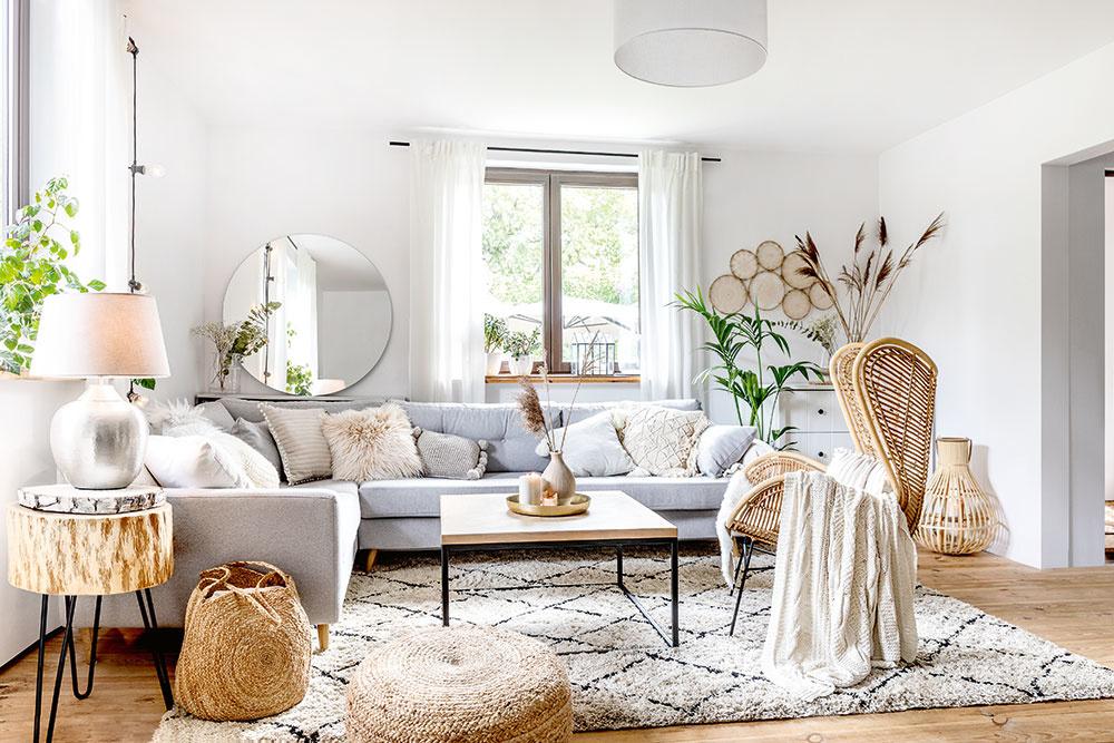 NA PRÍZEMÍ sa nachádza ďalšia, mimoriadne svetlá obývačka spohovkou vo svetlosivej farbe. Samozrejme, chýbať nesmú hrejivé vankúše apekné dekorácie.