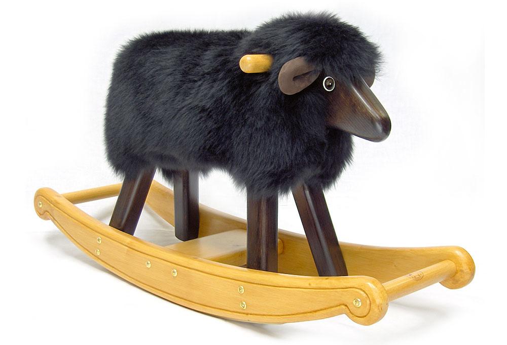 Čierne jahňa, vyrobené ručne, masívne drevo, snímateľné ovčie rúno, gumové klzáky, 45 × 90 × 30 cm, pre deti do 3 rokov, 335,63 €, therockingsheepcompany.co.uk