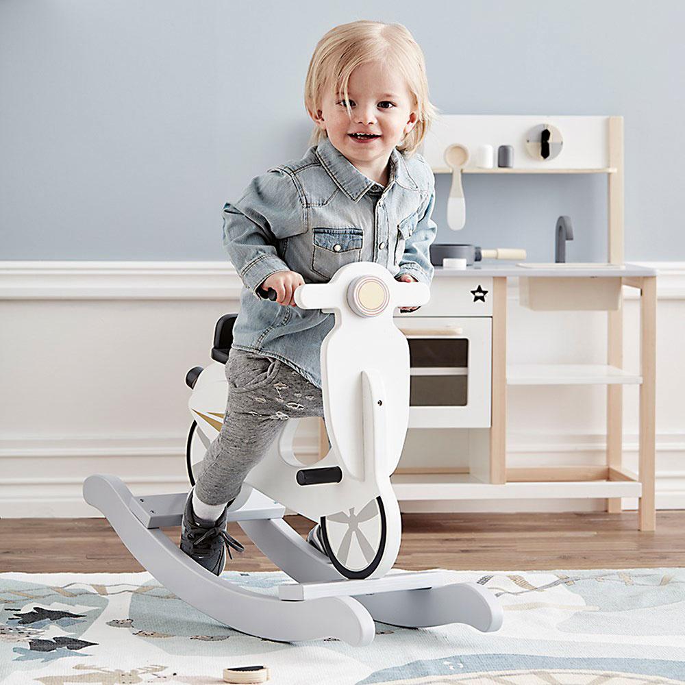 Hojdací skúter od značky Kids Concept, drevo, 73 × 24 × 53 cm, pre deti od 18 mesiacov, 63,80 €,  www.bibis.sk