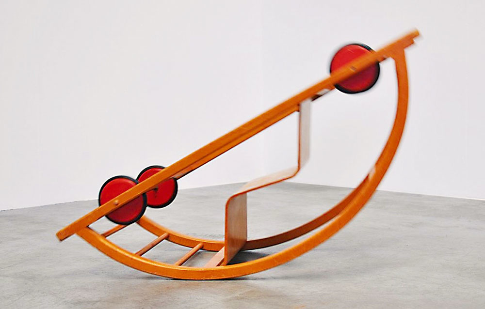 Retro auto od značky MidMod-Design, prevrátením sa zmení na hojdacie kreslo, ohýbaná breza apreglejka, 40 × 100 × 38 cm, 500 €, studio-1.nl