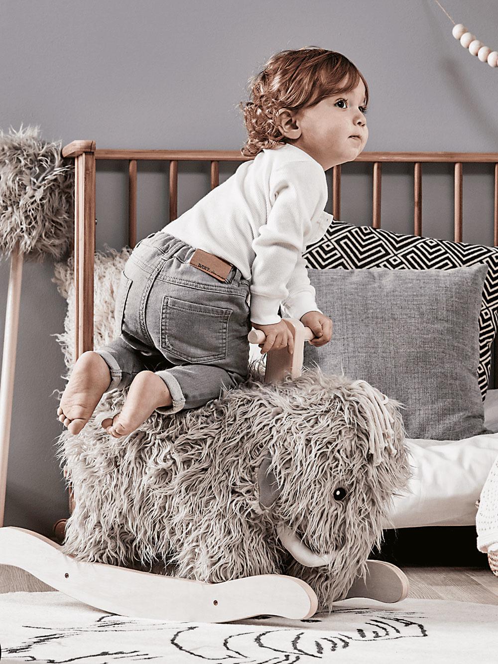 Chlpatý mamut od značky Kids Concept, drevo, polyester, 37 × 61 × 38 cm, pre deti od 18 mesiacov, 135,83 €, www.themodernnursery.com