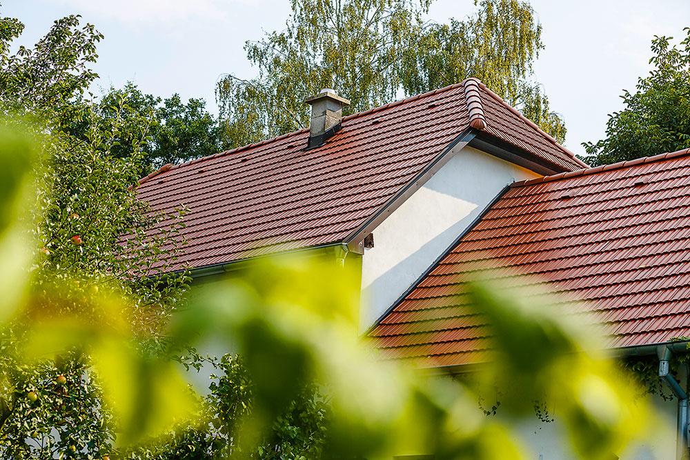 Najväčšou premenou prešla strecha. Krov bol vdobrom technickom stave, mohli hoteda zachovať, no škridly bolo potrebné vymeniť. Abyčonajmenej zasiahli do pôvodného vzhľadu domu, vybrali si majitelia zponuky značky Tondach rovnaký model, aký bol na streche použitý ajpredtým. Rekonštrukcia strechy však priam nabádala kvyužitiu priestoru pod ňou – vďaka zobytnenému podkroviu sadom nakoniec rozrástol na 90 m2 obytnej plochy.