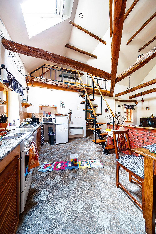 drevené trámy v interieri domu
