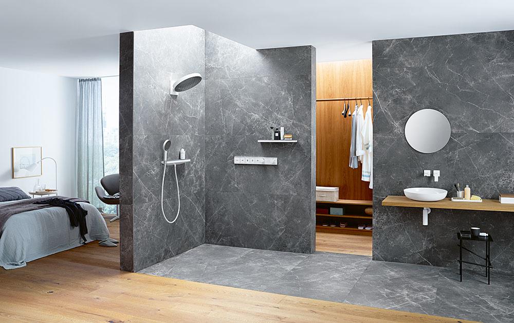 Sprchové hlavice, či už ručné alebo horné, obvykle dopĺňa zvislá tyč, ktorá sa komplikovane čistí. Firma Hansgrohe vyvinula koncept hornej sprchy, ktorá je pripojená priamo zo steny a tak sprchové rameno ani tyč nie sú potrebné. Má nastaviteľný sklon a navyše povrch hlavice z eloxovaného hliníka zabraňuje usádzaniu vápnika, takže ju nie je potrebné tak často čistiť.