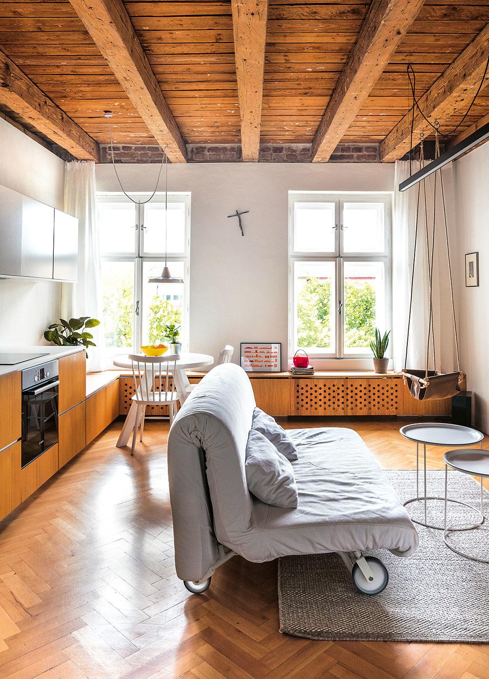 obývačka so sedačkou a kuchynou