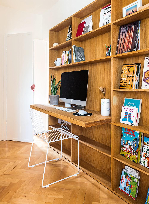 Zdruhej strany obývačkovej nábytkovej steny je pracovný kútik