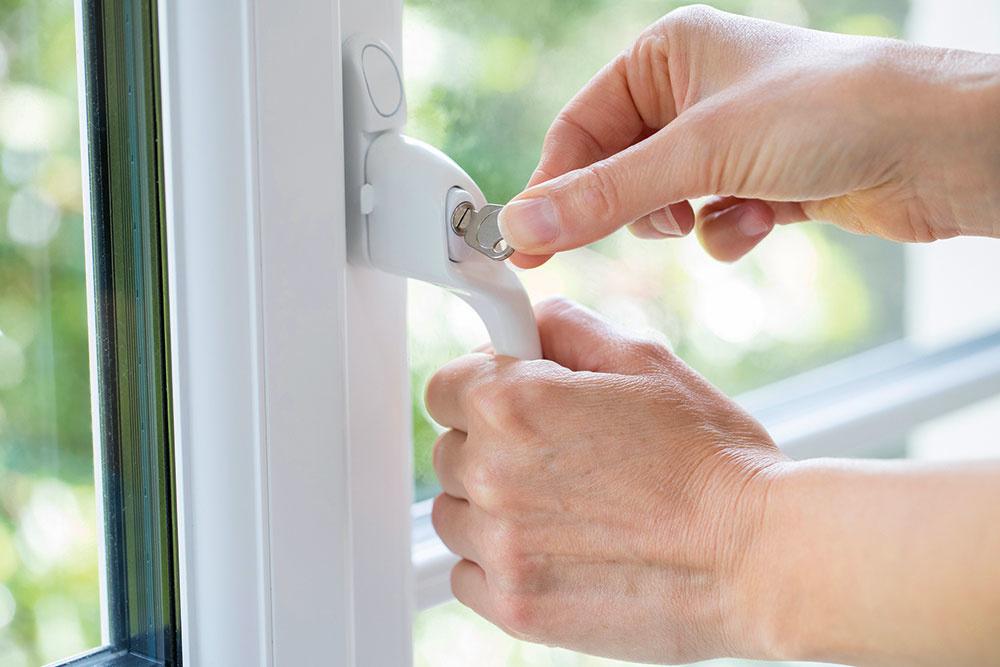 Na zabezpečenie okien je najlepšie myslieť už pri ich výbere – všetky zabezpečovacie prvky vrátane elektromagnetických spínačov a magnetov sa tak do nich osadia už pri výrobe. Ochranu okna však možno zvýšiť aj dodatočne. Najjednoduchšie je vymeniť obyčajnú okennú kľučku za bezpečnostnú – uzamykaciu. Ďalšou možnosťou je výmena dvojskla za trojsklo, prípadne za bezpečnostné sklo (podmienkou je okenný rám dostatočne široký na ukotvenie hrubšieho skla).