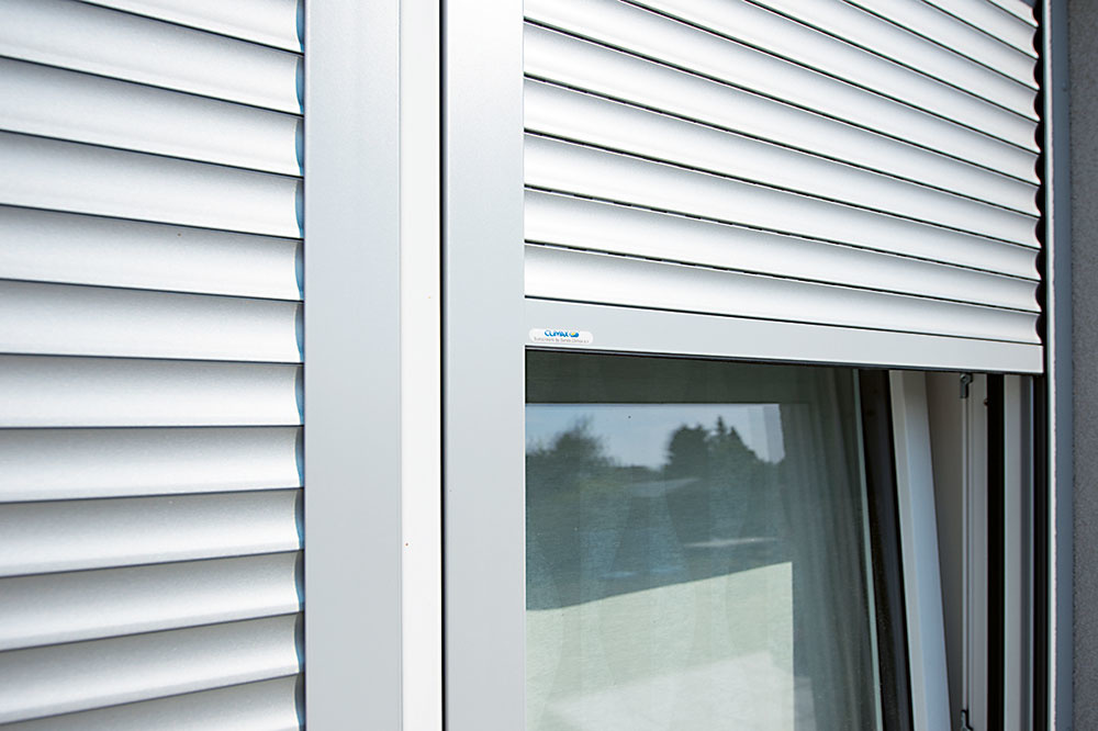 Vonkajšie rolety zvyšujú komfort v lete aj v zime – vytvoria pred oknom celistvý pancier, ktorý v lete redukuje prestup tepla do interiéru a v zime slúži ako dodatočná izolácia minimalizujúca tepelné straty. Okrem zlepšenia tepelnoizolačných vlastností okna chránia tiež pred hlukom a sú významnou ochranou pred vlámaním (môžu byť vybavené systémom na uzamknutie či poistkou proti vytiahnutiu). Možno ich doplniť aj o praktické siete proti hmyzu integrované do roletového boxu alebo napojiť na inteligentnú domácnosť. Výber lamiel je široký – od jednoduchých dutých prvkov z PVC určených na malé okná až po kvalitné hliníkové lamely vyplnené polyuretánovou penou a s hrubou vrstvou laku na povrchu. www.servisclimax.sk