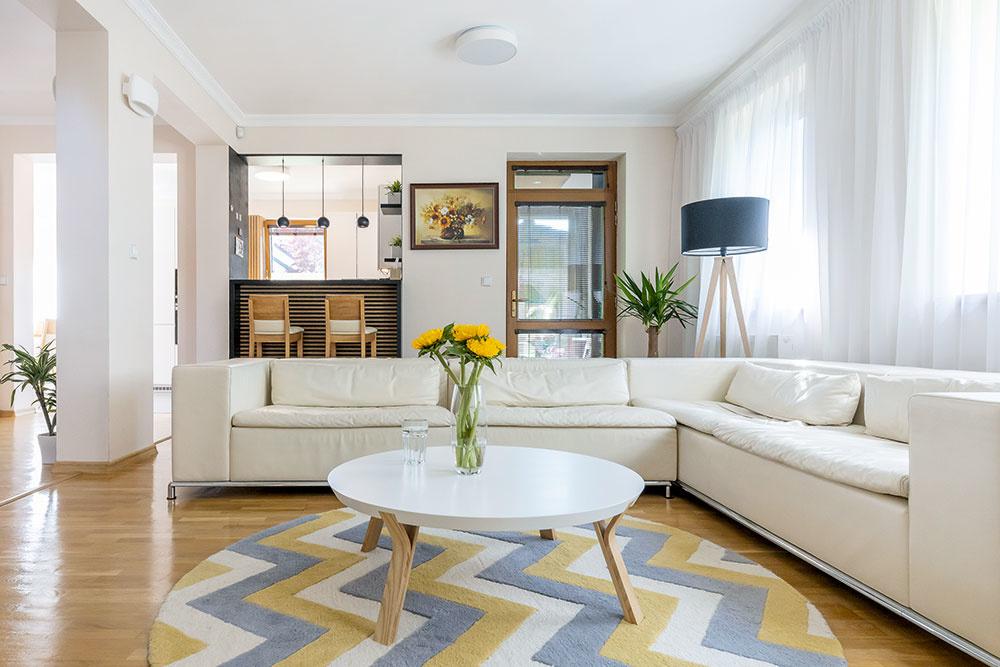 Biela kožená sedačka v obývačke