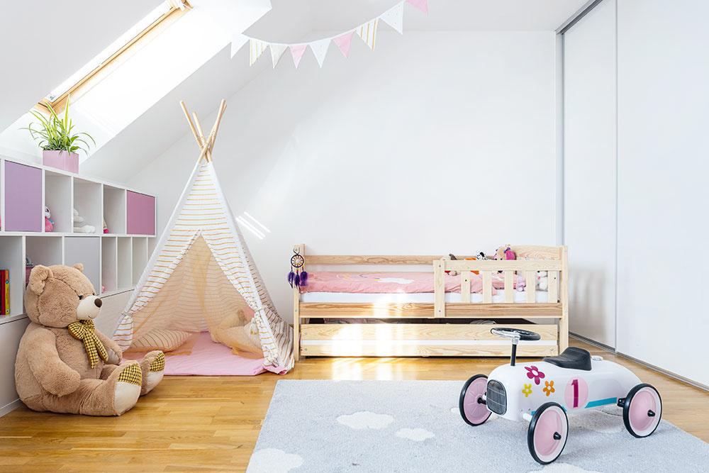 Vdetskej izbe vpodkroví býva malé dievčatko. Architekti ju preto navrhli vhravom, no zároveň nadčasovom štýle, aby poslúžila rovnako dobre aj opár rokov tínedžerke. Priestor vzníženej časti pod strešnou rovinou prakticky využili dlhou vstavanou skrinkou, na ktorú plynulo nadväzuje stôl. Poskytuje  tak dostatok miesta nielen na hračky, ale aj do budúcnosti na knihy aprácu pre školáčku.