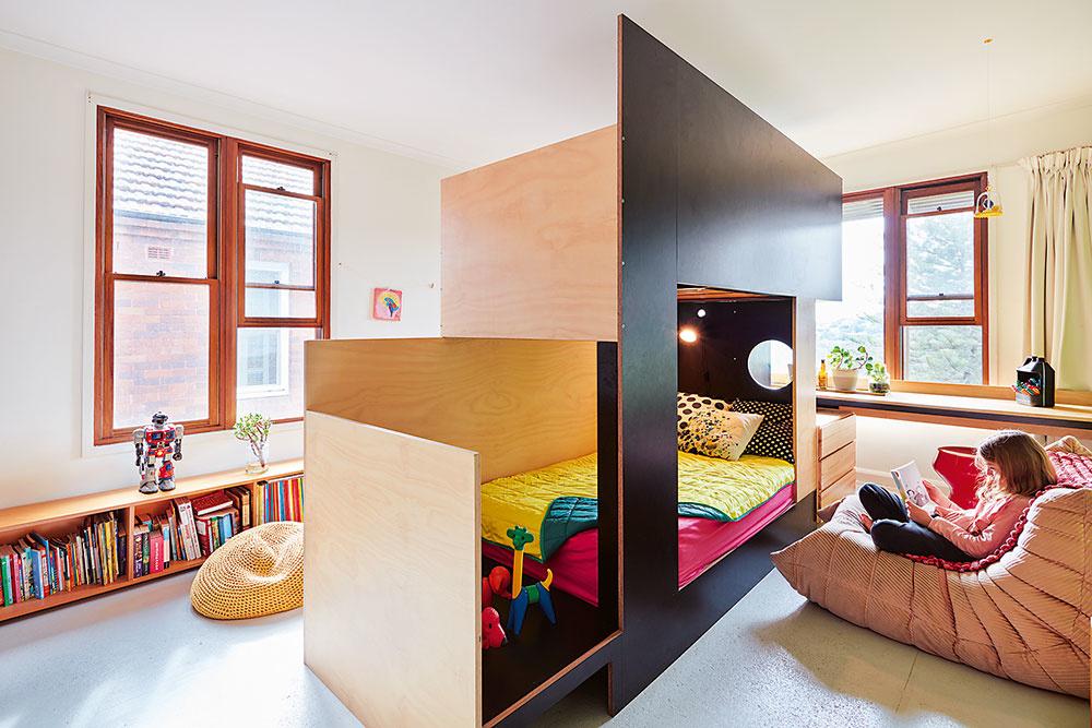 Poschodová posteľ vytvorí ideálnu skrýšu – dokáže dokonca šikovne rozdeliť izbu pre neho a pre ňu.