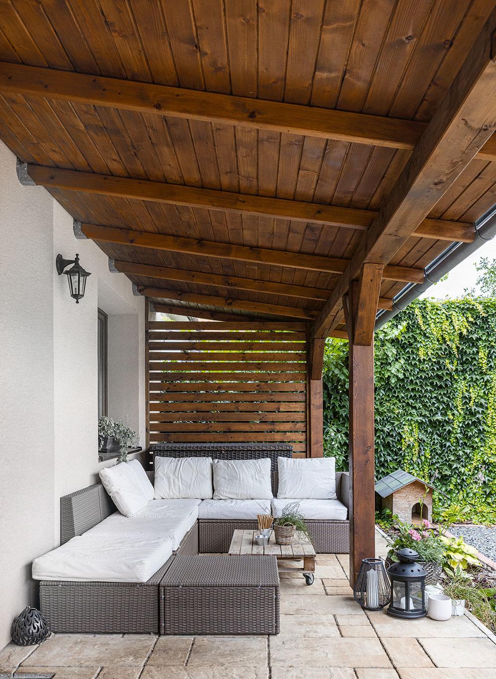 Miesto na relax je na vyvýšenej terase pod dreveným prístreškom. Keďže manželia vlastnia interiérové štúdio, na montážne práce je domáci pán odborník. Väčšinu práce urobil Martin svojpomocne, občas priložili ruku kdielu imanželka Lívia alebo kamaráti.