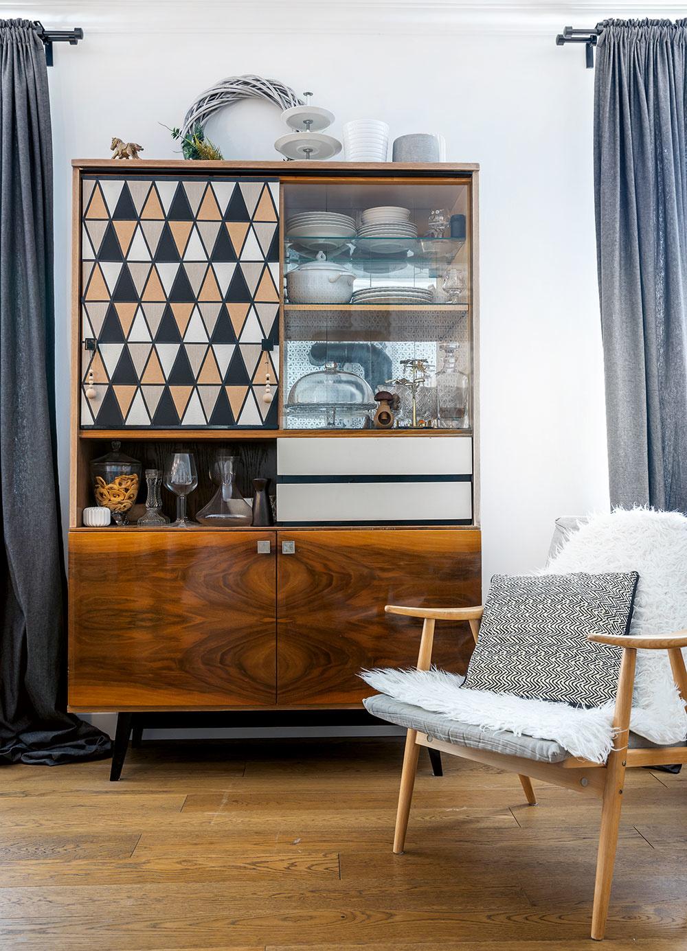 Vyrobené vlastnoručne. Starému nábytku dala Lívia navyše ešte aj osobnú pečať, čím získal na originalite. Horné posuvné dvierka dotvorila kombináciou troch rôznych tapiet pospájaných do geometrického vzoru.