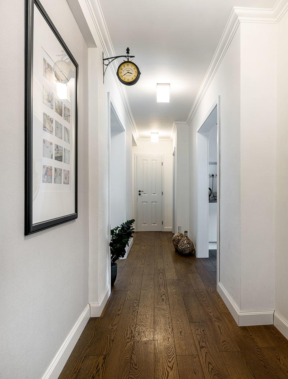 chodba s drevenou podlahou