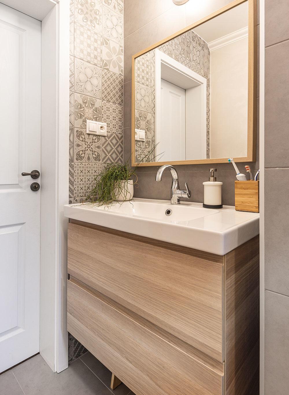 Dlhú a úzku kúpeľňu museli domáci zväčšiť do šírky, ak do nej chceli vpratať i vytúžený sprchový kút. Urobili tak na úkor susediacej kuchyne, no svoje rozhodnutie neľutujú.