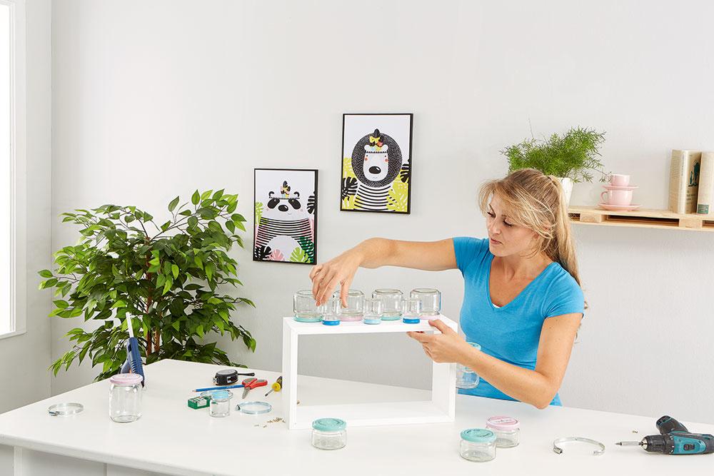 Následne na namontované veká naskrutkujte prázdne poháre a vyskúšajte, či sú dobre prichytené.