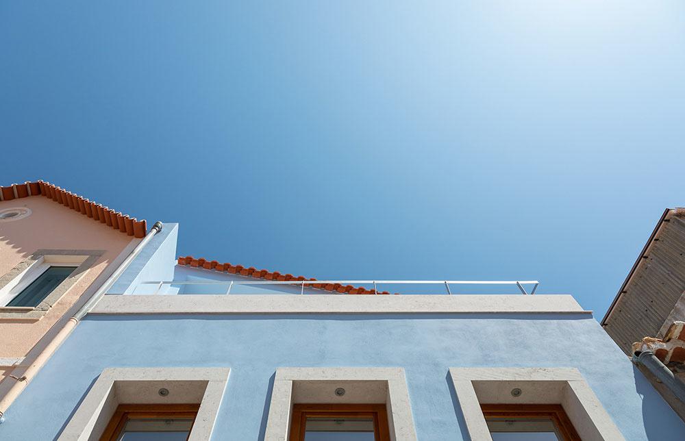 svetlomodrá fasáda s bielymi prvkami s jemným nádychom do sivej