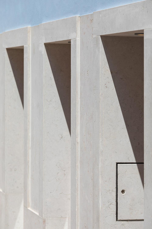 svetlomodrou fasádou s bielymi prvkami s jemným nádychom do sivej