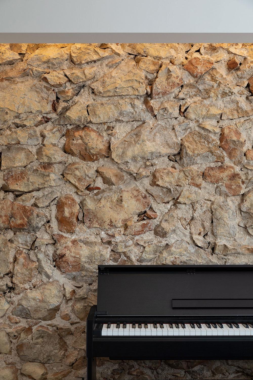 kamenné murivo za klavírom