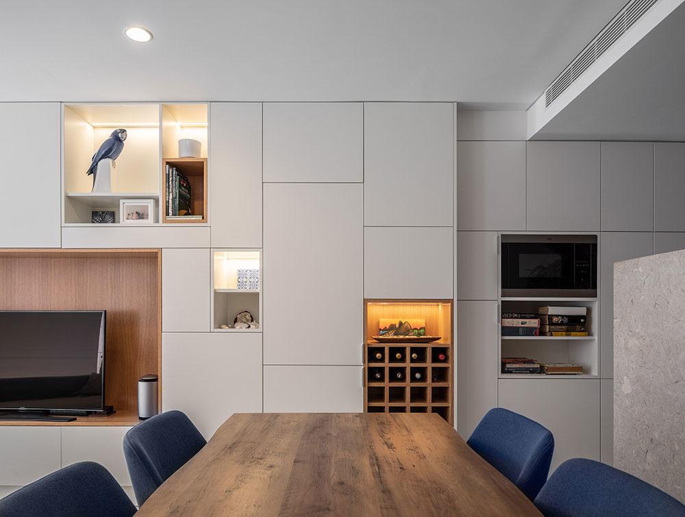 obývačka s kuchyňou a jedálenským stolom