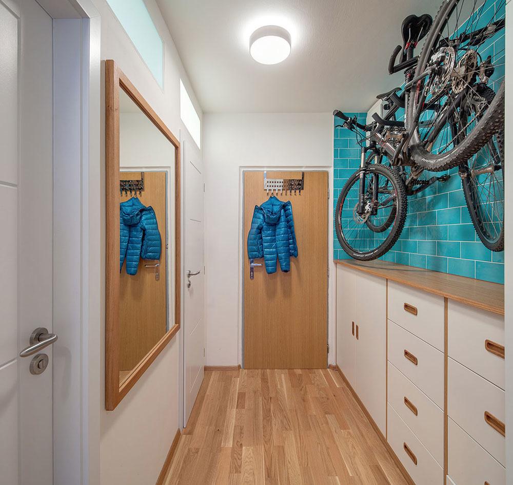 Bicykle našli svoje miesto na stene na chodbe