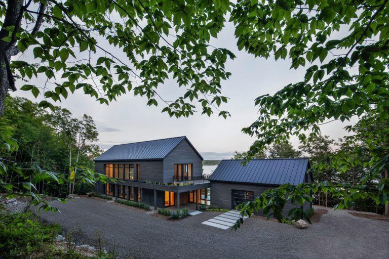 Obývačka medzi lesom a jazerom? V tomto dome áno!