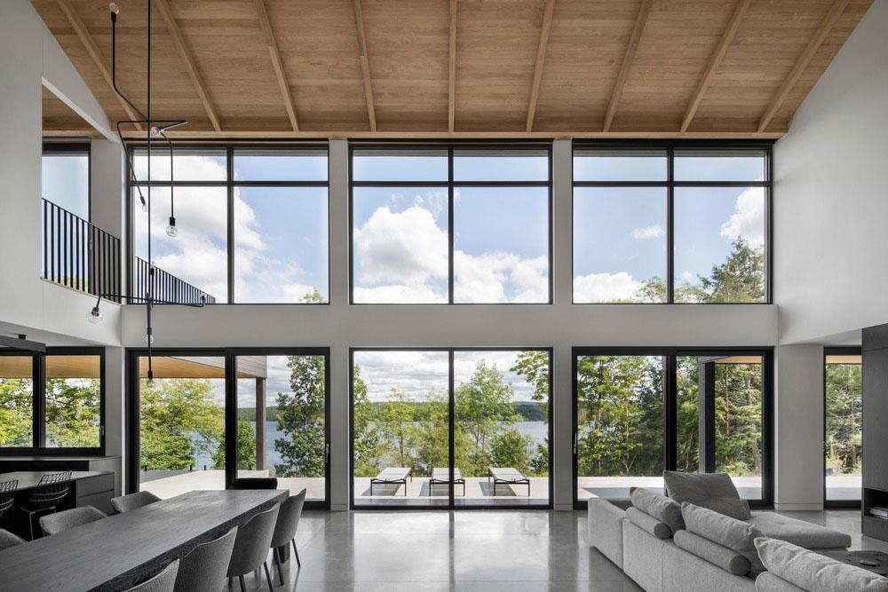 Obývačka medzi lesom a jazerom