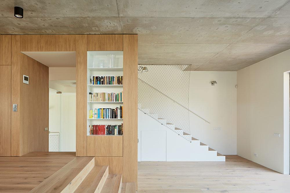 drevená terasa, ktorá tvorí prechod medzi interiérom a záhradou