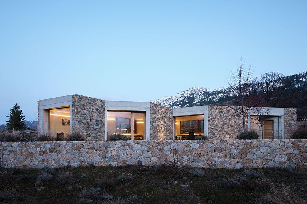 Moderné bývanie v kamennom dome uprostred krásnej prírody