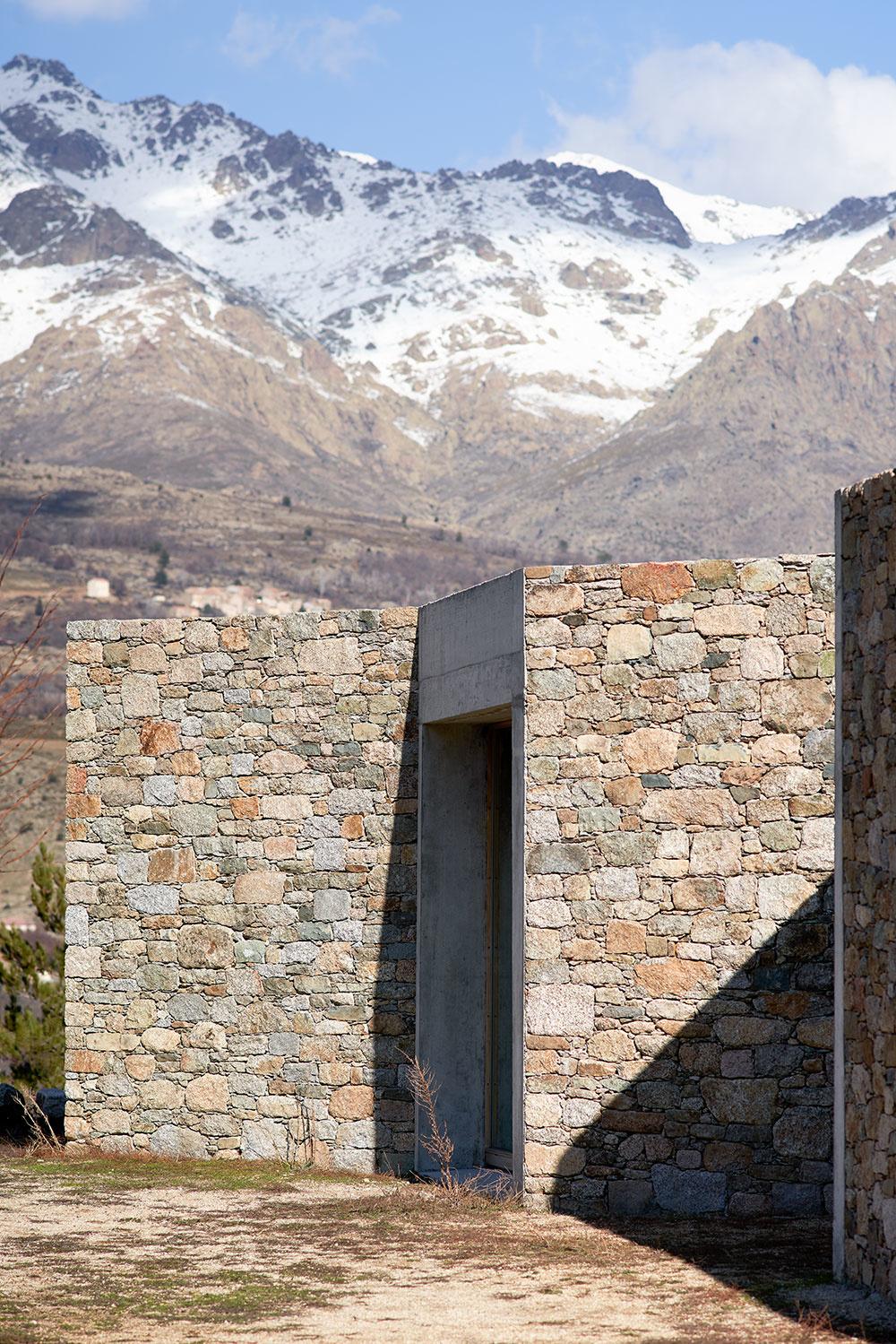 Dom z kameňa a betónu