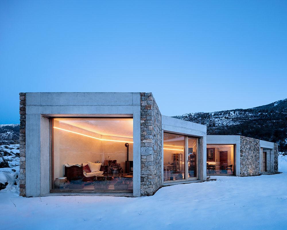 Dom z kameňa a betónu v zime