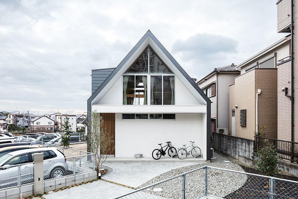Nezvyčajný rodinný dom s lezeckou stenou a skrytou kúpeľňou