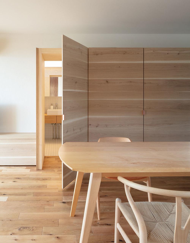 Do kúpeľne sa dostanete jednými z dverí vstavaného nábytku v kuchynskej časti