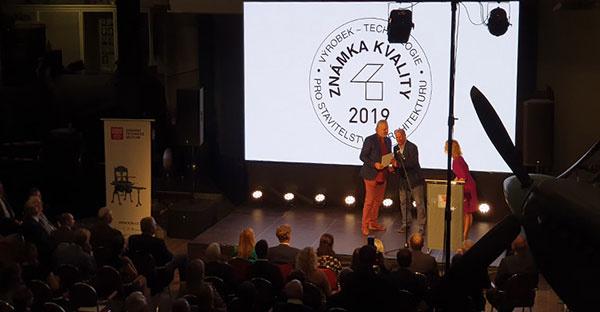 Dušan Všelicha, marketingový riaditeľ Oresi CZ, preberá ocenenie.