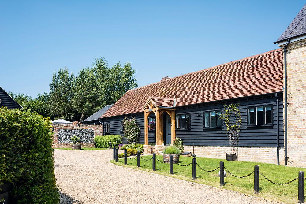 Dom so štyrmi spálňami vanglickom grófstve Hertfordshire, ktorý Nichola aAlex kúpili vroku 2013, vznikol prestavbou niekdajších maštalí patriacich ksusednému bývaniu farmára.