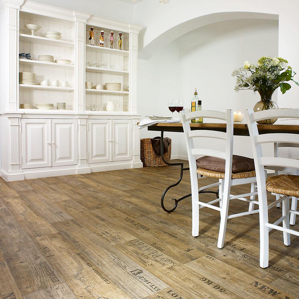 Tmavá podlaha imitujúca drevené dosky snápismi je vhodná najmä do vidieckych, ale iindustriálne ladených interiérov. Tkaný vinyl SALOON, šírka 4 m, hrúbka 2,80 mm, za 8,29 €/m predáva www.hornbach.sk.