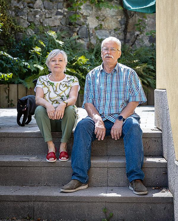 Katarína je Slovenka, rodená Bratislavčanka, Stašek pochádza zPoľska. Obaja prežili väčšinu života vo Švajčiarsku – tu pracovali, zoznámili sa aj sa vzali. Na dôchodok sa rozhodli presťahovať do Štiavnice, pre ktorú zahorelo srdce ich oboch. Ich kocúr Alex je už rodený Štiavničan.
