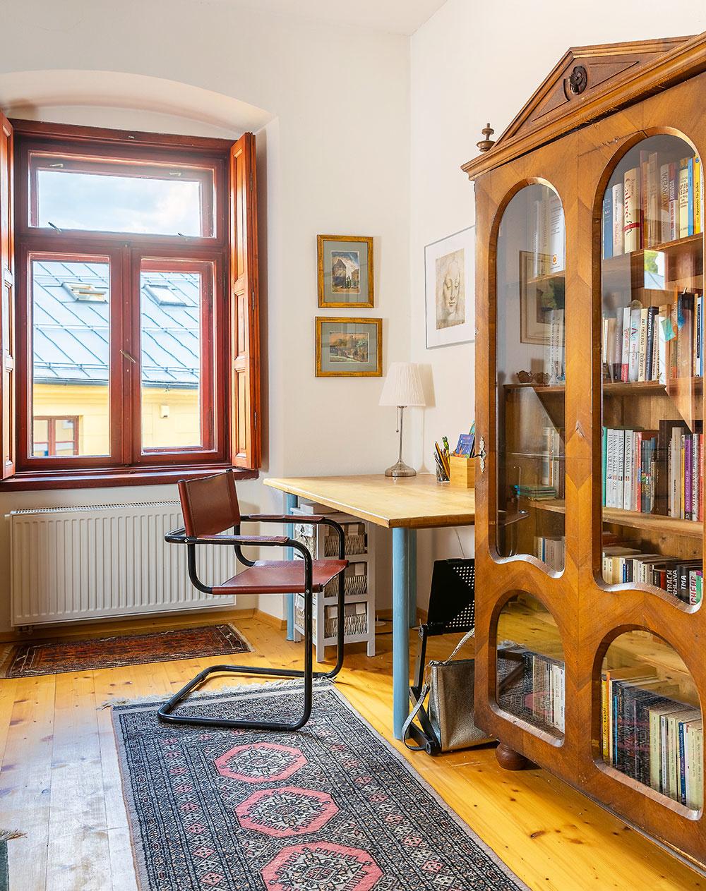 Skriňu do pracovne kúpili vstarožitníctve na Slovensku ana radu starožitníka nechali vybrať výplne zdverí anahradili ich sklom. Zo skrine tak vznikla štýlová knižnica.
