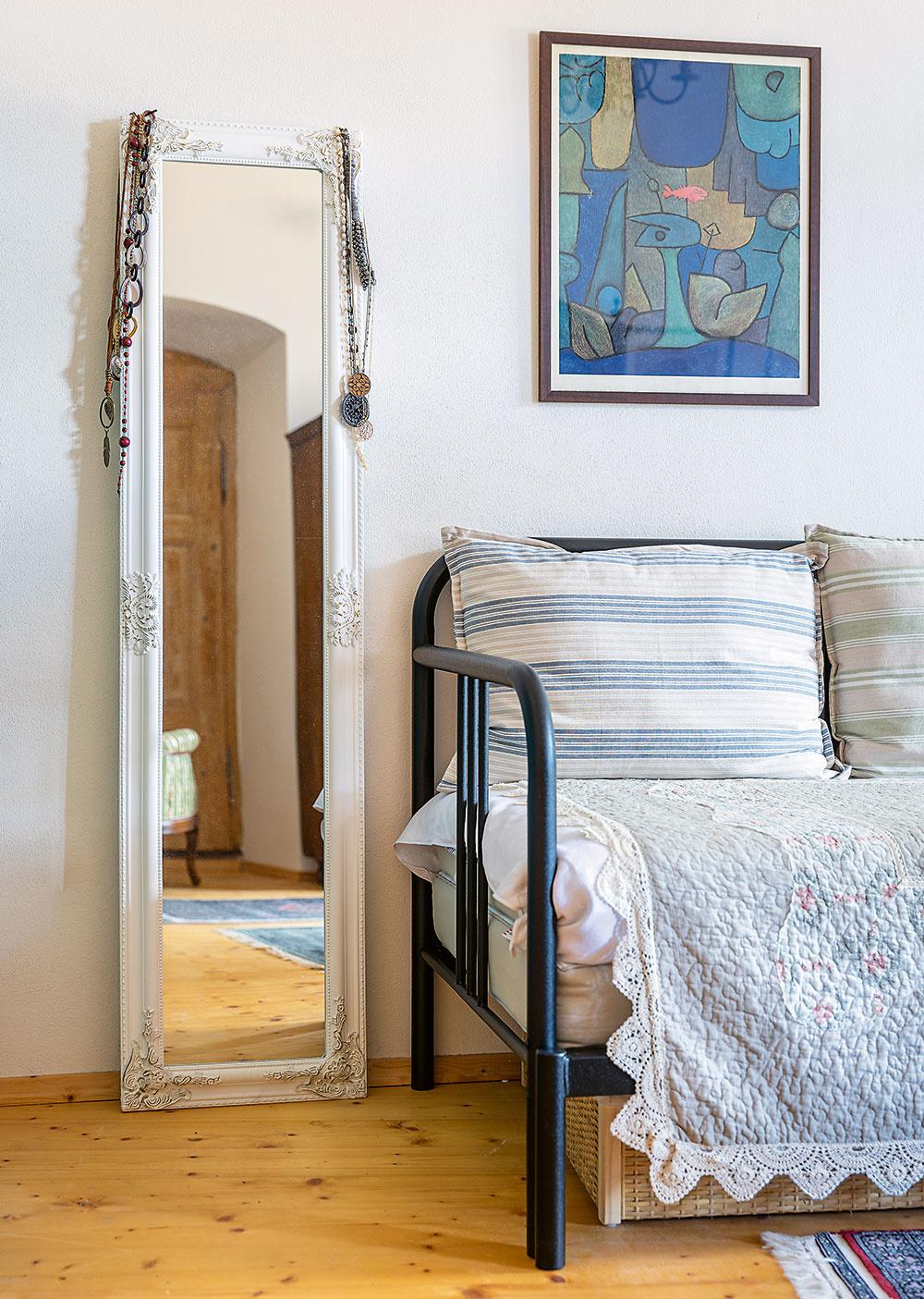 """Izba pani Kataríny je jej splneným snom – má tu priestor na maľovanie ana stenách obľúbené obrazy. """"Okrem otcových originálov tu mám aj rôzne reprodukcie. Tak môžem mať na stene to, na čo sa rada pozerám, aj keď originál, napríklad od Paula Kleea, je nedosiahnuteľný."""""""