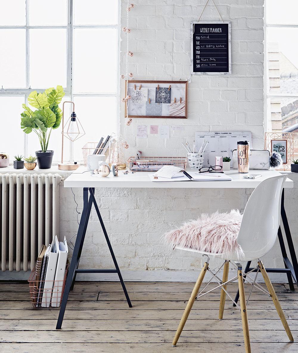 """DETI NEPOTREBUJÚ vo svojom pracovnom kútiku toho veľa: primerane veľký stôl sodolným povrchom, dobrú pracovnú lampu apohodlnú ergonomickú stoličku. Budú však dbať na to, aby toto praktické miesto nekričalo: """"Nuda!"""""""
