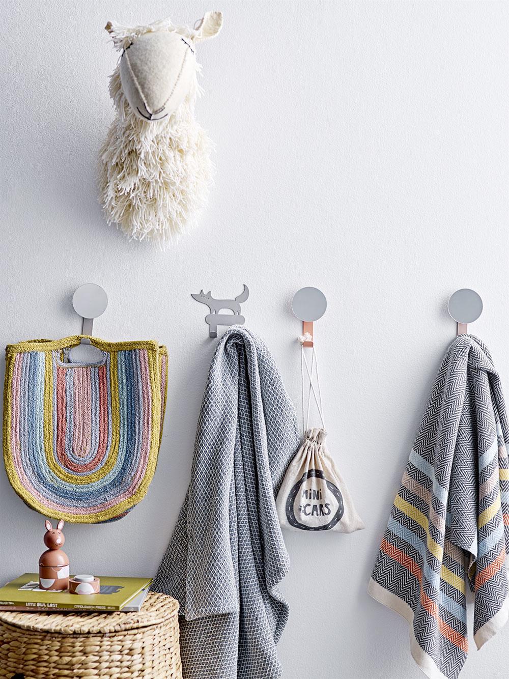 VESELÉ DETAILY, napríklad odlíšené háčiky na uteráky, vám pomôžu udržať vkúpeľni organizáciu. Kto povedal, že kúpeľňa musí byť nudná asterilná? Pokojne pri výbere dekorácií myslite netradične.