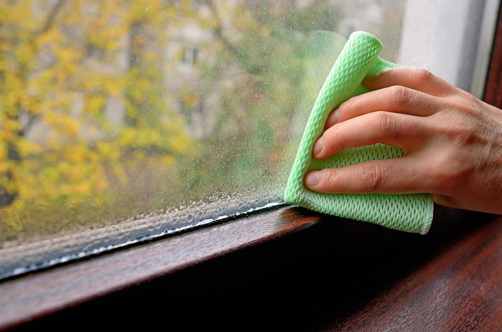 Nedostatočné tesnenie spôsobuje aj kondenzáciu vodnej pary na oknách. Výsledkom môže byť vysoká vlhkosť či tvorba plesní.