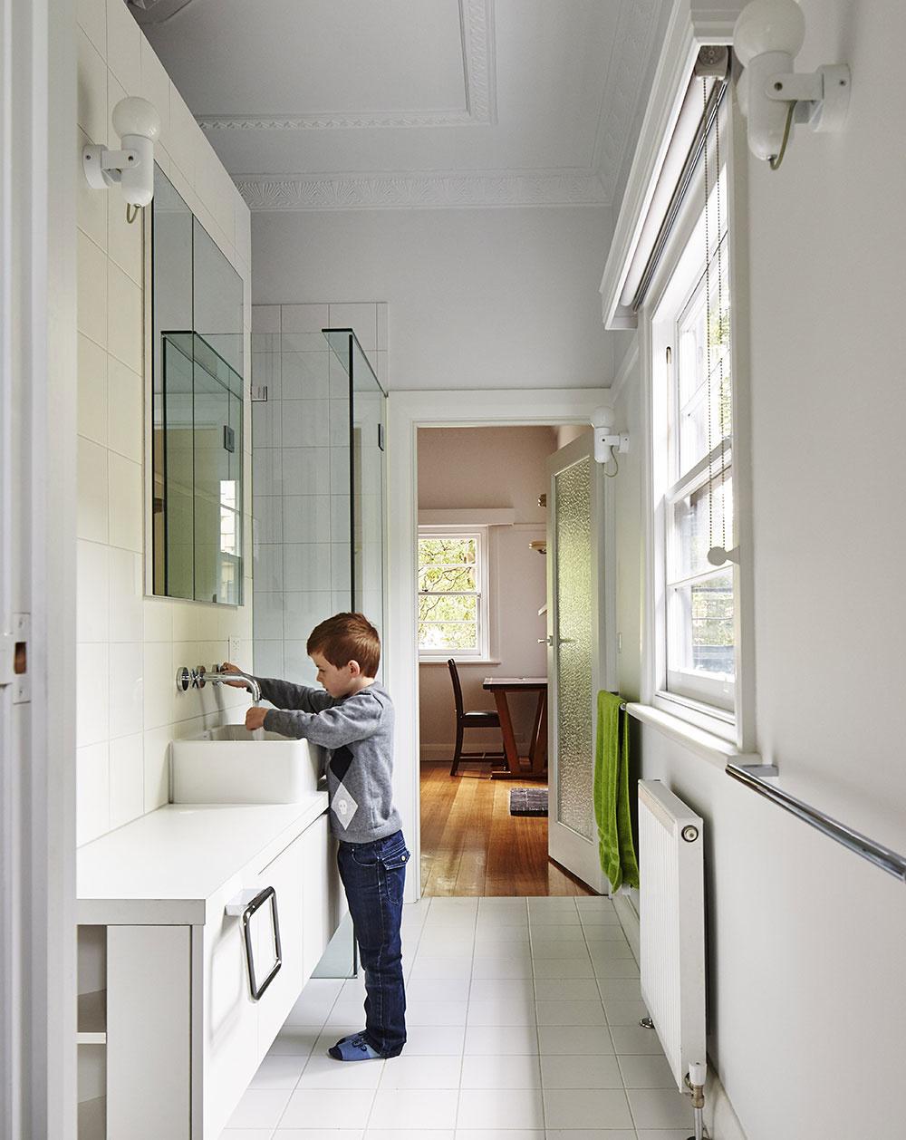 dieťa v kúpeľni