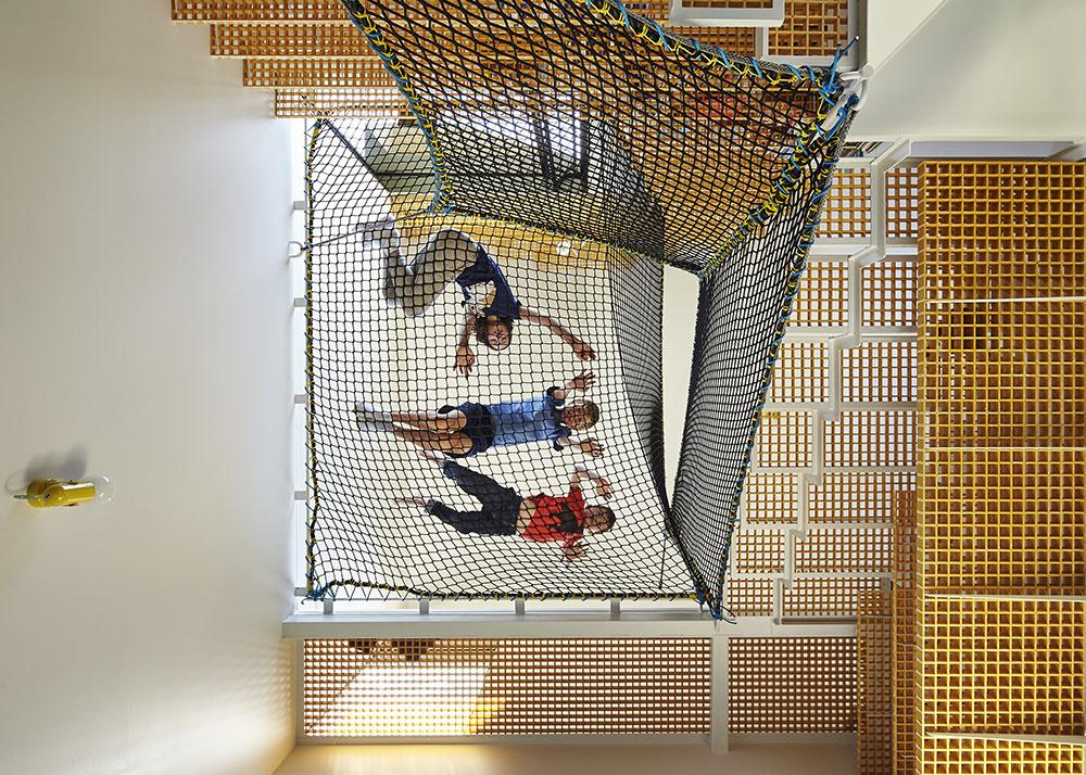 deti na visiacej sieti v dome