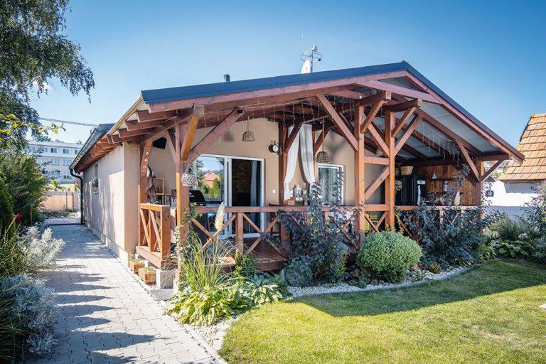Poctivý vidiecky interiér v montovanom dome postavenom za 4 dni!